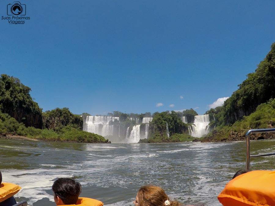 imagem do barco macuco safari se aproximando das cataratas do iguaçu