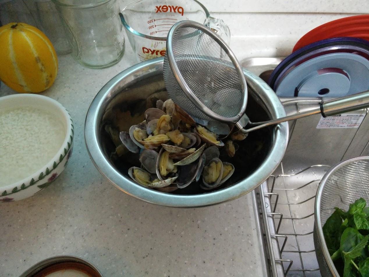해감시킨 바지락을 끓여 육수를 만듭니다. 바지락은 건져내서 나중에 살만 떼어 리조또에 넣을 거에요. 쌀은 잘 씻어놓고요