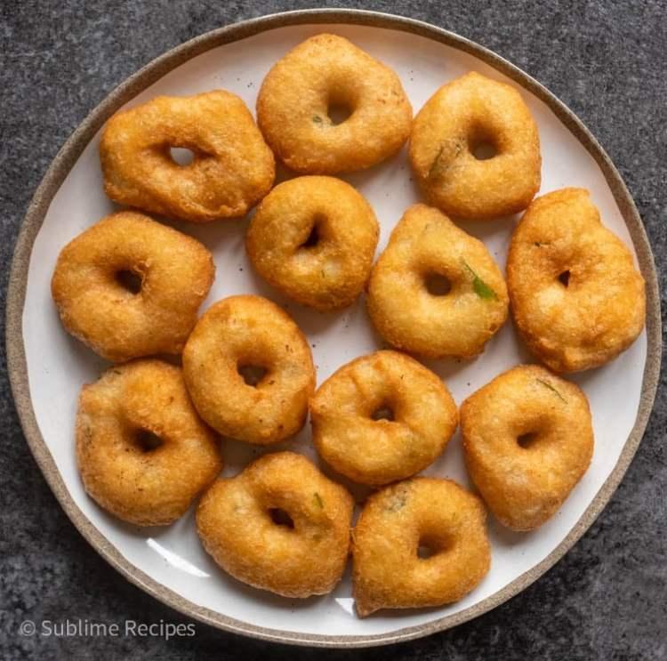 Crispy medu vadas ready for plating