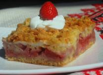 strawberry meringue cake - serving
