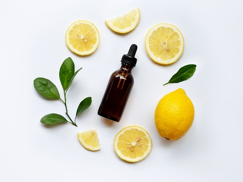 Bir cam kapta limon esansiyel yağı