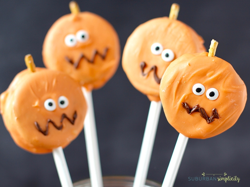 Looking for cute Oreo Halloween treats for your Halloween party?  Try these super easy Oreo Pumpkin Pops! They'll be the gobbled up before you know it! |Halloween Dessert Recipe