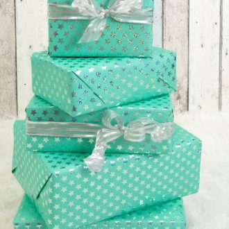 Looking for cool gift ideas for teen girls? This gift guide has you covered. Teens can be hard to shop for but not with these clever and on trend ideas! #teengiftguide