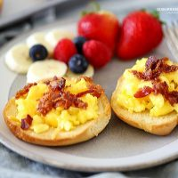 Make Easy Breakfast Pizza Bagels as a kid-friendly and mom-approved breakfast! Loaded with eggs and bacon and a great portable breakfast!