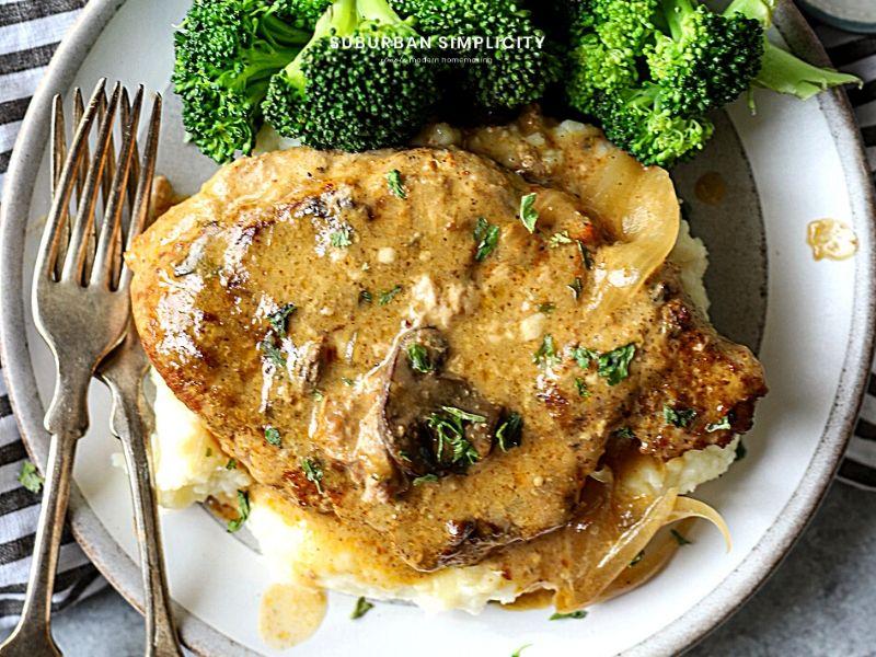 CrockPot Patates püresi ile bir tabakta domuz pirzolası