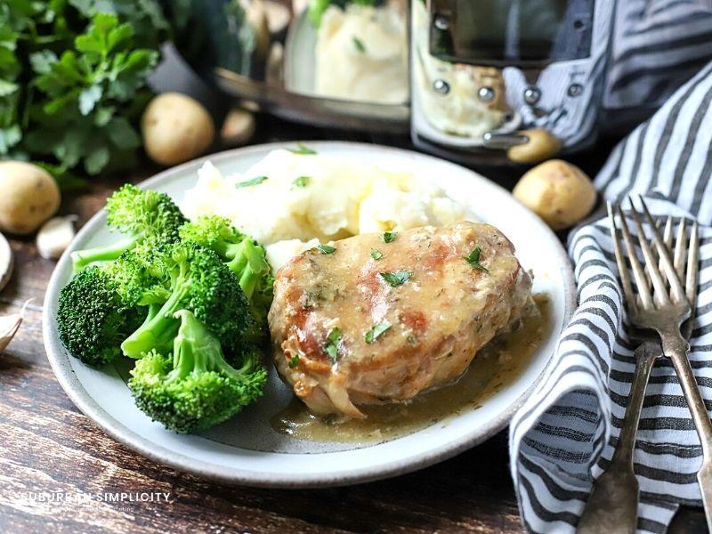 Brokoli ile bir tabakta çiftlik domuz pirzolası