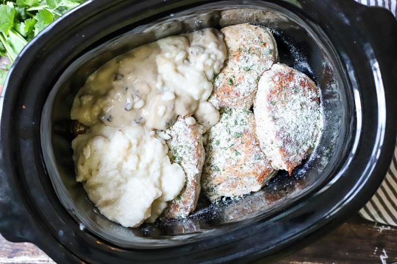 yoğunlaştırılmış çorba ve çiftlik sosu ile domuz pirzolası