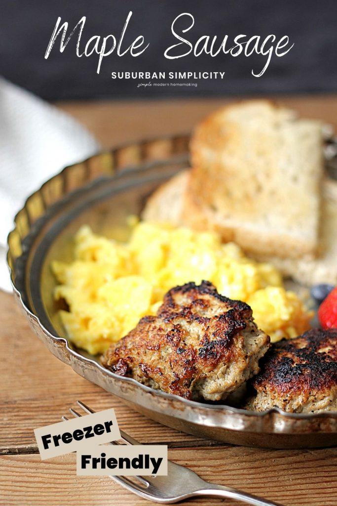 Yumurta ile bir tabakta akçaağaç kahvaltı sosis