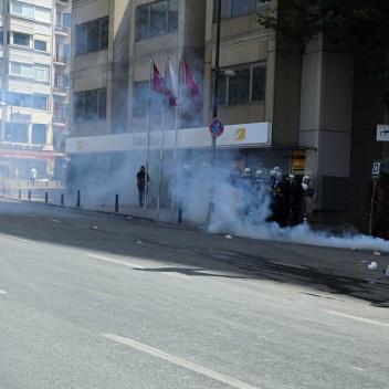 """12.-La-policía-estaba-autorizada-a-""""dispersar""""-a-las-multitudes-con-gas-lacrimógeno-y-tanques-de-agua"""