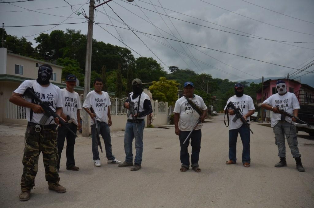 Policías Comunitarios vigilan las entradas al pueblo de Aquila. Foto Alan Ortega