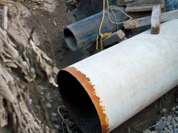 Las venas abiertas. El agua del oriente de Morelos pretende ser encausada hacia la termoeléctrica de Huexca por medio de estos tubos para producir energía que será consumida en los Estados Unidos.