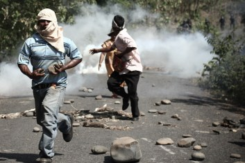 Stones are the N'Göbe's only weapon against riot police. Chiriqui province, panama (March 2013). Por Spike H. Rogers
