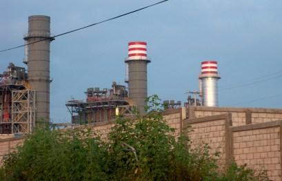 Colosos de metal. Las chimeneas de la termoeléctrica aún dormidas le recuerdan diariamente al pueblo de Huexca el peligro que se cierne sobre su comunidad.