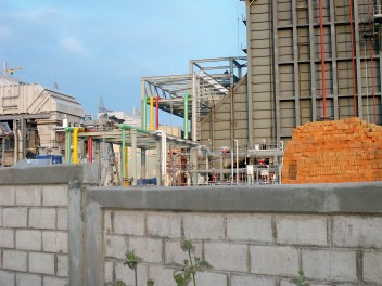¿Qué hay detrás de la barda? Detrás de la barda se construye una termoeléctrica que, de terminarse, generará escasez de agua en el oriente de Morelos y un grave desequilibrio en el pueblo de Huexca.