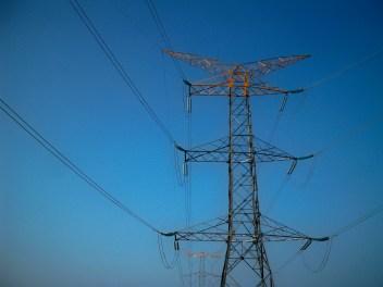 Titanes de acero. Estas inmensas torres serán las que conducirán la energía producida en el estado de Morelos hacia el vecino del norte (no nos referimos a la Ciudad de México).