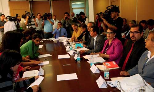 En esta foto se puede apreciar a Mario González en las negociaciones con las autoridades del CCH Naucalpan Fotografía: cortesía de la familia