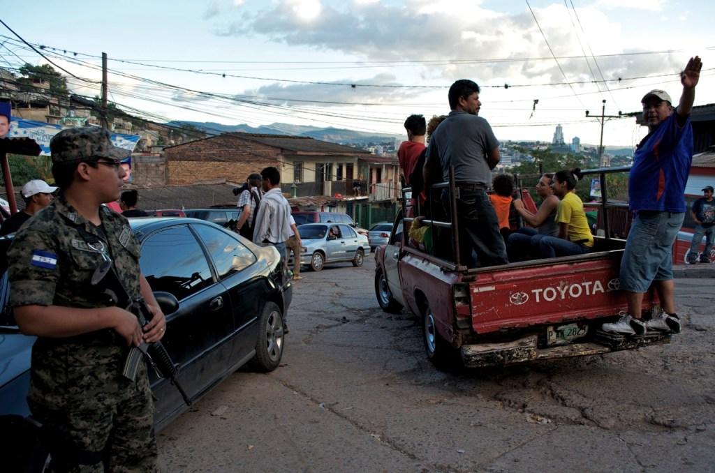 Militares vigilan las urnas en El Reparto, un barrio popular en Tegucigalpa