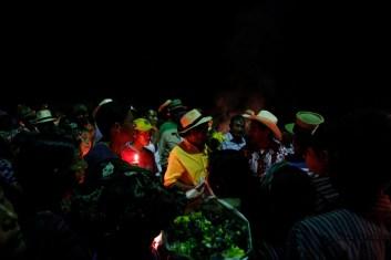 """Fotografía: Judith Gómez. """"Por el miedo, muchos cuerpos se quedaron en las montañas, no los pudimos sepultar. Ahora, al menos nuestras familias tienen una tumba a donde ir"""". (Virgilio García Carrillo, lider en la comunidad El Triunfo)"""