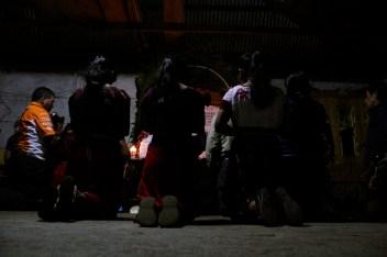 Fotografía: Judith Gómez. Las familias velaron los cuerpos, mientras lxs demás pobladores de la comunidad de El Triunfo les acompañaron durante toda la noche