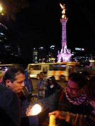 Ciudadanos prenden velas por Michoacán en el Ángel