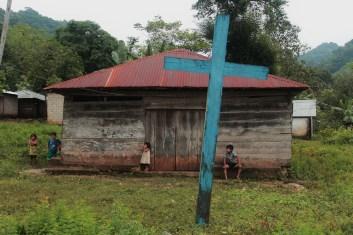 En el patio de la iglesia, los niños y las niñas juegan y ríen.