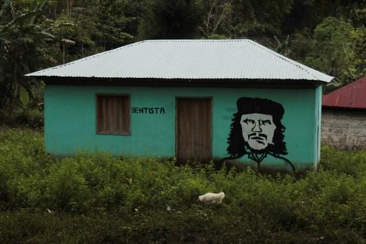 En cada comunidad zapatista existen promotores de educación y de salud que disponen de espacios comunes para desarrollar sus actividades.