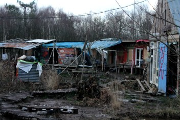 Al llegar en la ZAD, l@s nuev@s pobladores construyeron sus cabañas de madera