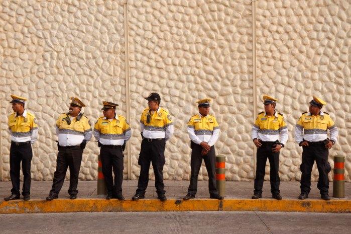 Policías de tránsito mantuvieron vigilancia en el perímetro de las instalaciones de Televisa desde antes de iniciar la marcha