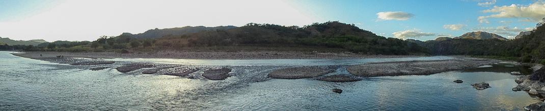 La Muxatena es una formación rocosa en medio del caudal del Río San Pedro. El sitio es considerado sagrado por las etnias náyeris y wixárikas quienes acuden a él para realizar ceremonias religiosas y levantar ofrendas como muestra de gratitud y respeto al lugar. De levantarse la cortina de 176 metros de altura el sitio sería inundado.