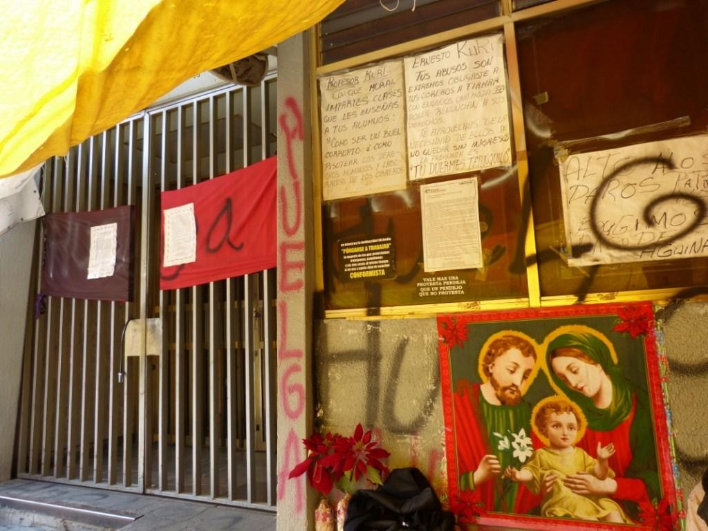 En los muros figuran consignas contra Ernesto Kuri, patrón desobligado de la maquiladora