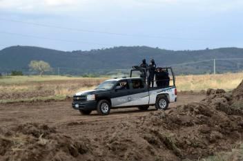 Policía estatal resguardando trabajos de la trasnacional Bonatti
