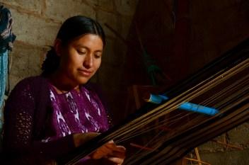 Florinda, nuestra gran anfitriona, tejiendo con sus hábiles manos, hasta bien entrada la noche, esta es una práctica habitual en su familia ya que el silencio ayuda la concentración, en su casa de Pantelhó.