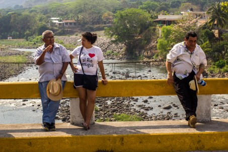 """""""Yo amo al río la antigua"""" se expresa en camisetas, bardas y calcomanías que los pobladores han realizado para difundir la importancia que este río tiene para las comunidades que se asientan en las riberas de esta importante cuenca."""