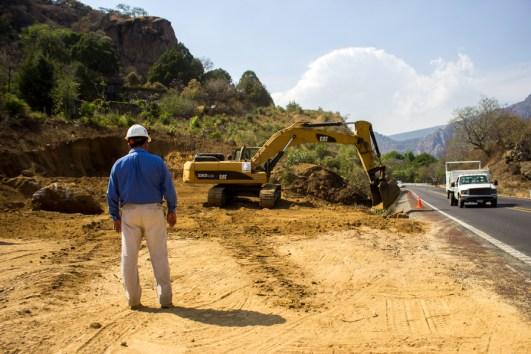 """""""Atestiguar cómo tiran árboles y devastan los montes es como ver morir una parte de tu ser; el cerro es parte de nuestra vida"""" explican los tepoztecos en resistencia contra la ampliación de la autopista. Foto: Aldo Santiago"""