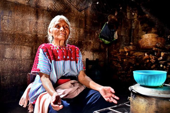 Doña Rosa de más de 90 años, después de mostrarnos su casa que había padecido al fuego, posa para inmortalizar su belleza y un poco de su alma indomable. En su casa de Chenaló en Septiembre de 2013.