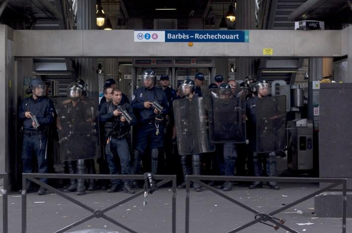 Policías bloqueando la entrada del metro.