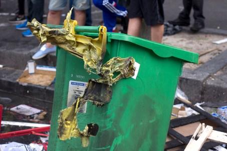 Diversos botes de basura de la ciudad fueron quemados.