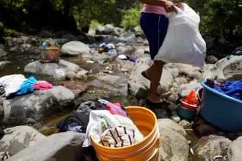 A falta de agua entubada, muchas mujeres utilizan el río para lavar su ropa. En este punto específico, se encuentran para platicar mientras tallan sus prendas sobre las piedras.