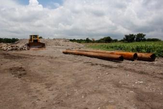 A cambio de vender la tierra, el gobierno ha tratado de convencer a los ejidatarios de que «va haber más despensas, carreteras, escuelas, alumbrado público, proyectos productivos y programas».