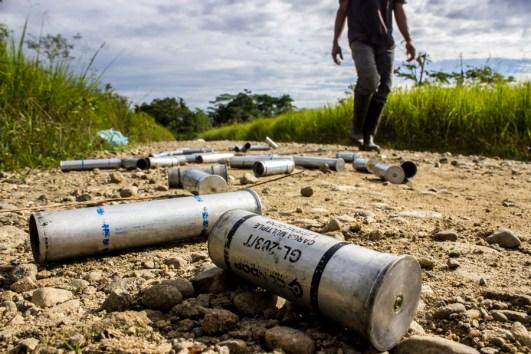 Miles de cartuchos de gas lagrímogeno son utilizados contra el centenar de campesinos que turnan el bloqueo del paro al Corredor Puerto Vega-Teteye. Tantos, que al pasar días después por los potreros, aún se siente la picazón en piel, ojos y garganta.