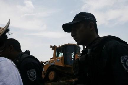 05 La polícia estatal abre camino a las máquinas de la SCT y la constructora Tradeco