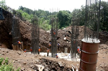 09 Los trabajadores de dicha constructora trabajan alrededor de 10 hrs al día, sin ninguna prestación social y un salario bajo