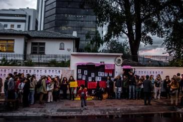 Tras un par de horas un funcionario de la embajada -quien por segunda ocasión no pudo justificar la ausencia de su titular- salió a dialogar con lxs manifestantes quienes exigieron la presentación con vida de los 43 alumnos desaparecidos.