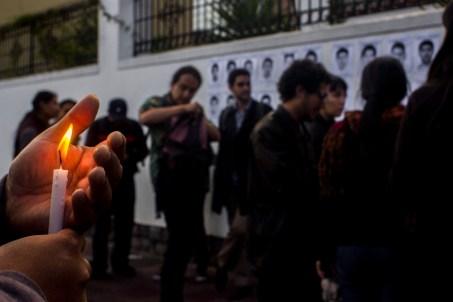 Decenas de manifestantes se dieron cita desde las 17hrs para repudiar la desaparición de los 43 estudiantes de la Normal Rural de Ayotzinapa. Ni siquiera la intensa lluvia impidió que las múltiples voces demandaran justicia desde la mitad del mundo.