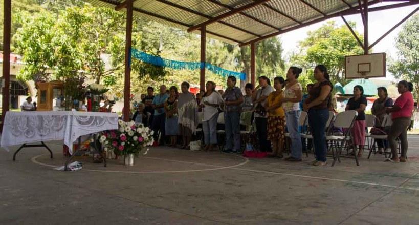 Familiares de los estudiantes desaparecidos rezan colectivamente. Fotografía: Cristian Leyva
