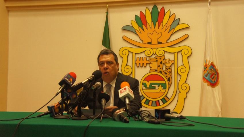 Ángel Aguirre durante la conferencia de prensa en donde anuncia su salida de la gobernatura