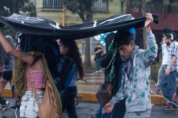 Minutos antes de llegar a la Plaza de las Tres Culturas, las mantas se convirtieron en cobertores contra la lluvia.