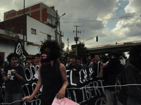 «Transchanga feminista» y Bloque Libertario corean consignas al unísono.