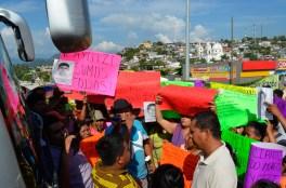 Pobladores de Coyuca reciben la caravana con brazos abiertos