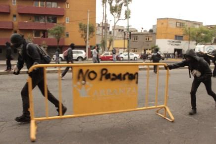 Marcha al AICM deriva en enfrentamientos
